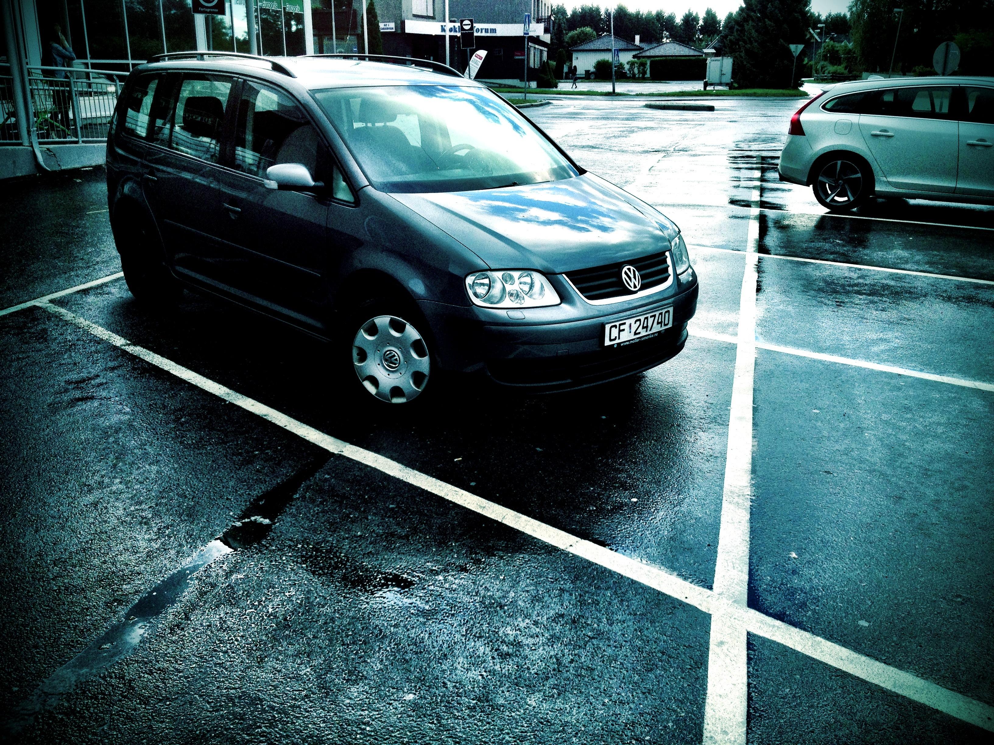 Rektangulær bil, parkeringsplassen er et parallellogram uten rette vinkler.